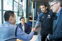 Giovanni Bronckhorst ontmoet Yi Wei (L) en Anish Giri (M) tijdens de 5e speelronde van het Tata Steel schaaktoernooi in de Kuip. De grootmeesters spelen hun partijen in het stadion van Feyenoord. © ANP