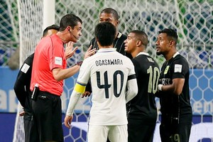Viktor Kassai kent een penalty toe. © EPA