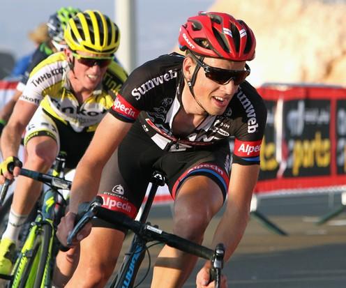 Martijn Tusveld voor Jesper Hansen en Winner Anacona snelt naar 9e plek op Jebel Hafeet in Tour of Abu Dhabi. © RAYMOND KERCKHOFFS