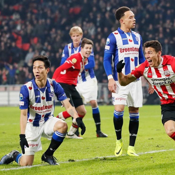 Hector Moreno weet van gekkigheid niet meer wat hij moet doen na zijn winnende treffer tegen sc Heerenveen. © Twitter PSV