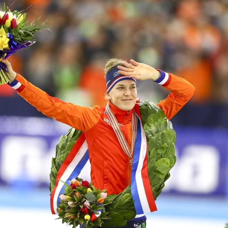 Ireen Wüst viert haar EK-titel in Heerenveen © ANP