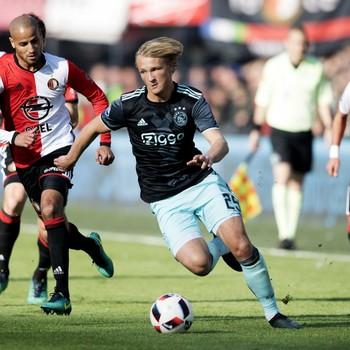 Ajax-spits Kasper Dolberg dribbelt op tijdens de klassieker met Feyenoord. © ANP