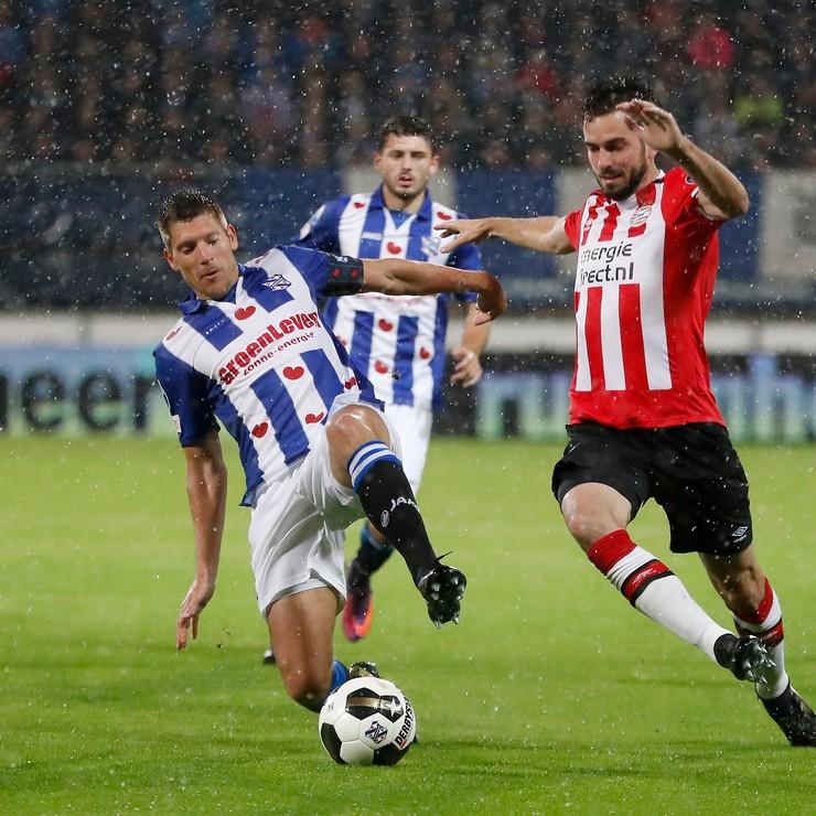 Stijn Schaars (L) in duel met PSV'er Davy Pröpper. © Hollandse Hoogte