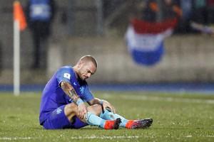 Wesley Sneijder wordt in de rust gewisseld door bondscoach Danny Blind. © Hollandse Hoogte.