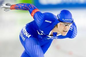 Ronald Mulder snelt over het ijs met zijn kapotte pak. © ANP