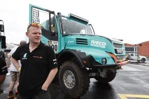 Gerard De Rooy naast zijn truck © EPA